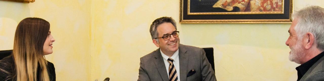 Rechtsanwalt Hans-Georg Amian im Beratungsgespräch mit einem Mandanten